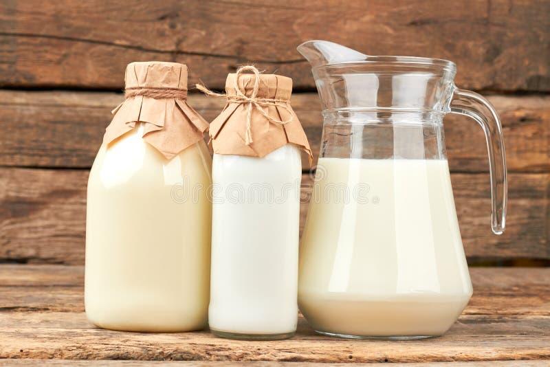在玻璃盘的有机牛奶 免版税图库摄影