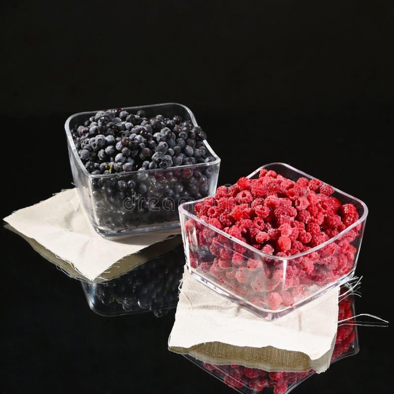 在玻璃碗的冷冻莓和蓝莓莓果 图库摄影