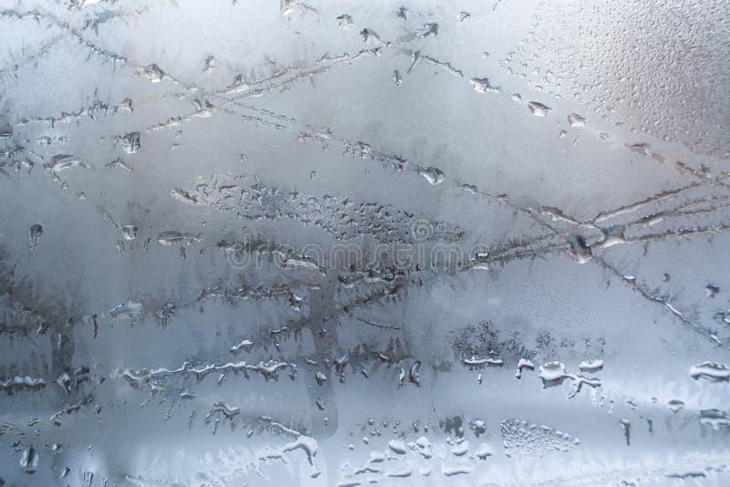 在玻璃窗的熔化的冰样式 库存照片