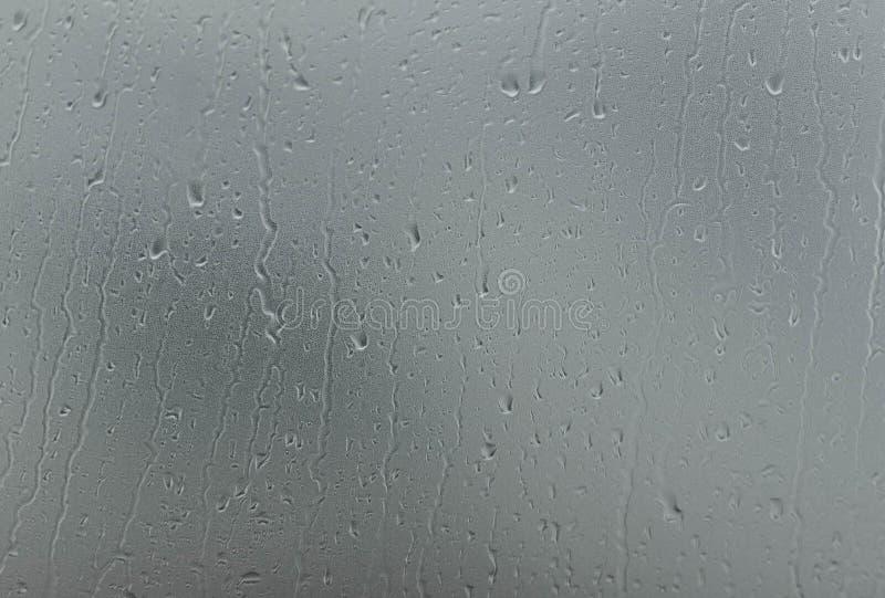 在玻璃窗的降雨量 免版税库存图片