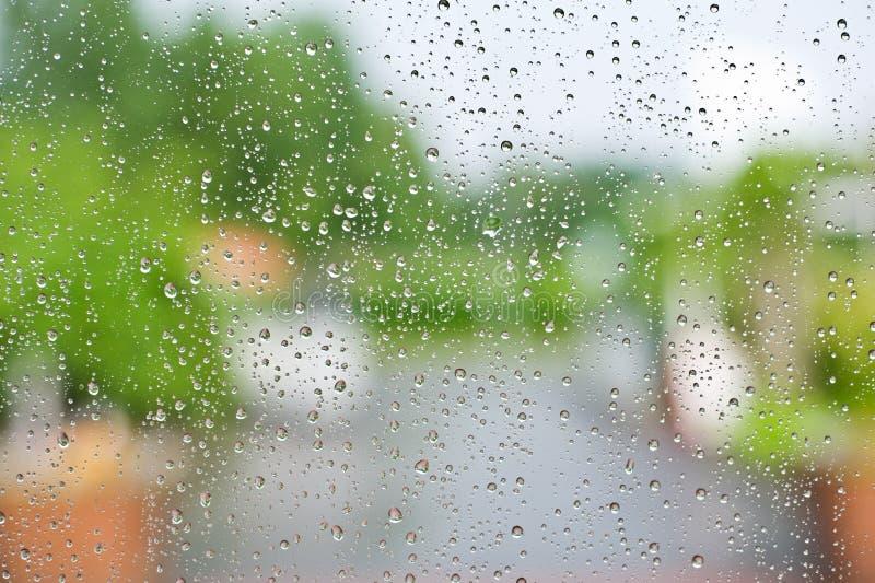 在玻璃窗的雨珠 图库摄影