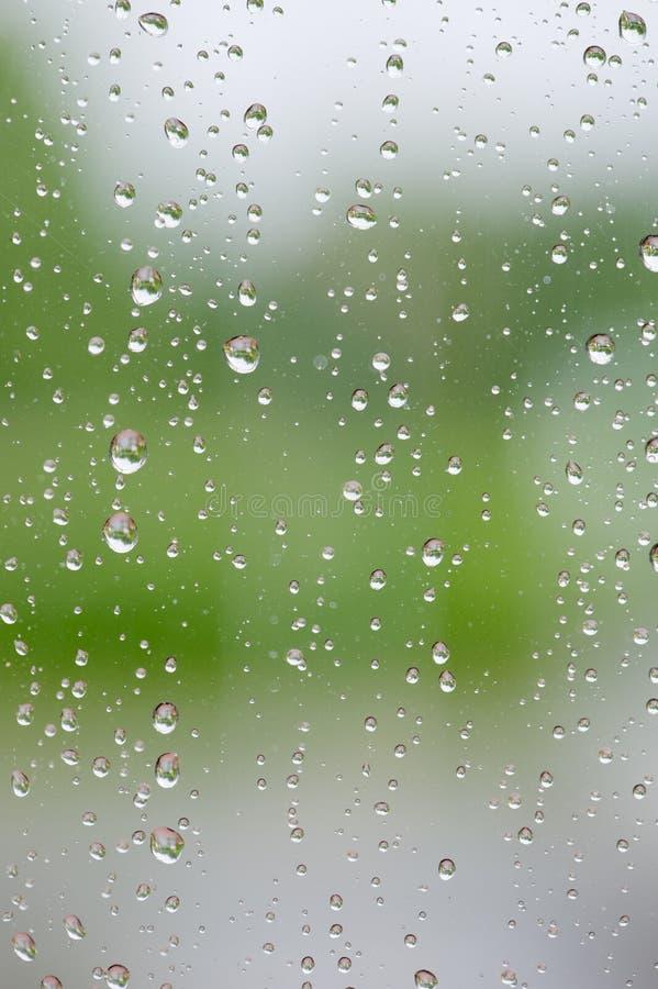 在玻璃窗的雨珠 免版税库存图片