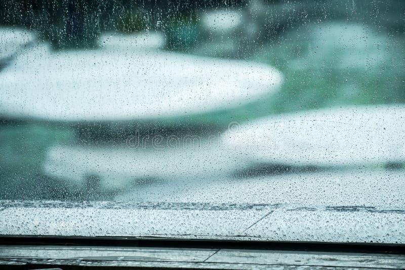 在玻璃窗的雨珠 库存图片