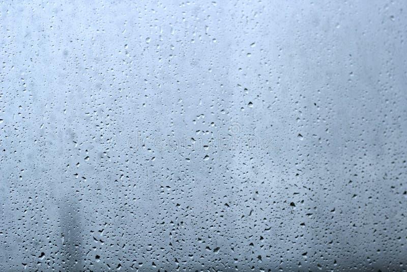 在玻璃纹理的雨下落 库存照片