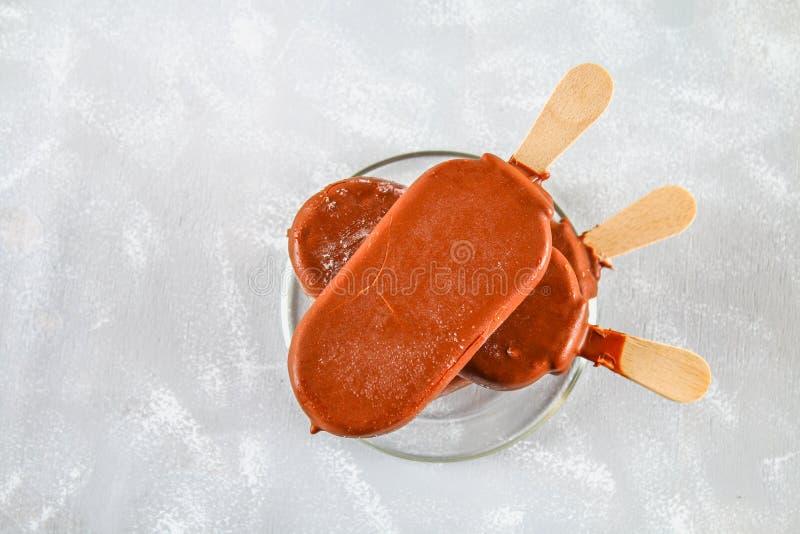 在玻璃茶碟的冰淇凌在一张灰色桌上 爱斯基摩-阿留申语 库存照片