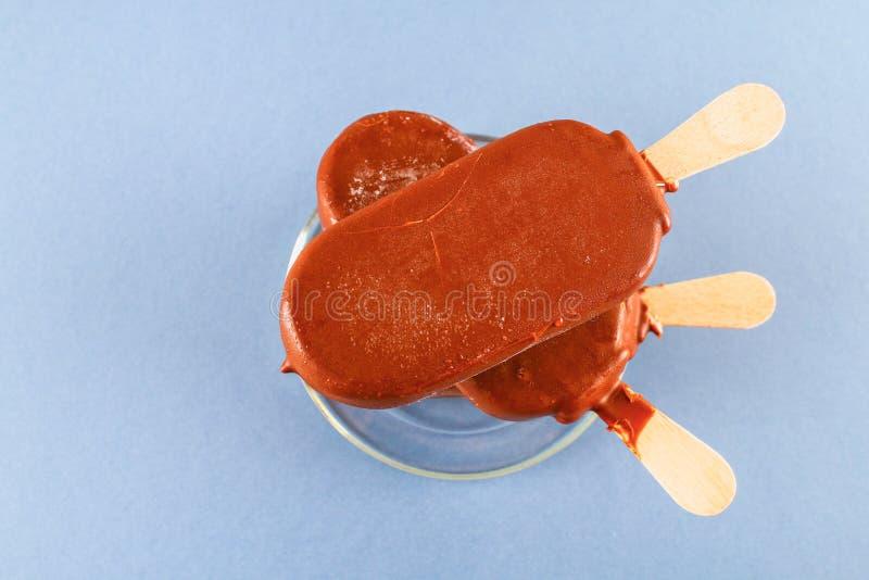 在玻璃茶碟的冰淇凌在一张灰色桌上 爱斯基摩-阿留申语 免版税库存照片