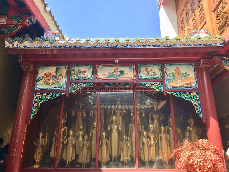 在玻璃门橱柜的更多菩萨图象在龙Kammalawat寺庙 库存图片