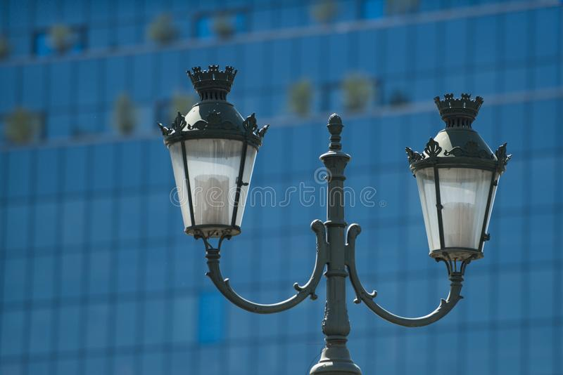 在玻璃门面的灯岗位 街灯在晴天 街道照明室外 葡萄酒或减速火箭的样式和设计 免版税库存图片