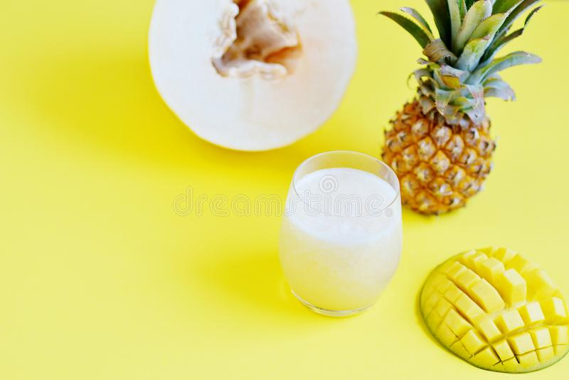在玻璃,夏天饮料饮料,健康食物概念,生气勃勃,异乎寻常的果子的冷的新鲜的瓜芒果菠萝圆滑的人,黄色 库存图片