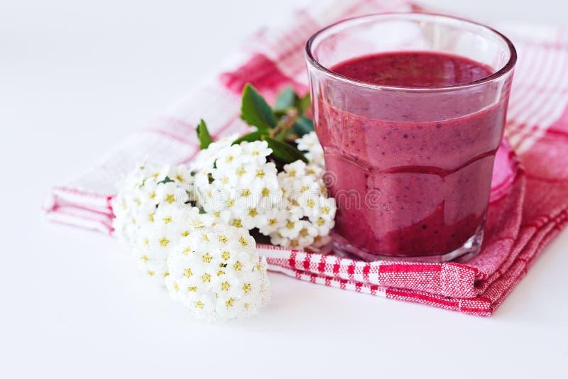 在玻璃,白色背景的新鲜的早晨甜菜根圆滑的人 健康素食主义者或素食早餐,季节性戒毒所,干净 免版税库存图片