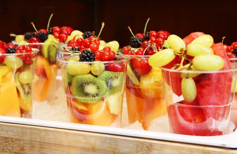 在玻璃-健康吃的混杂的新鲜水果-节食概念 免版税库存图片