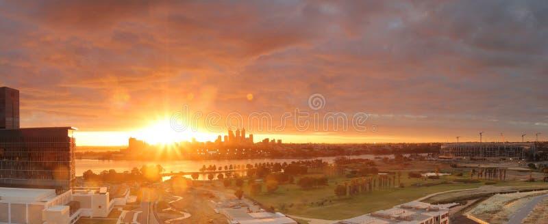 在珀斯CBD,澳大利亚的壮观的日落 库存图片