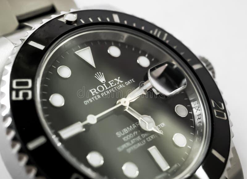 在珠宝商桌上看见的一块知名,瑞士制作的人` s自动潜水手表的特写镜头视图 免版税库存照片
