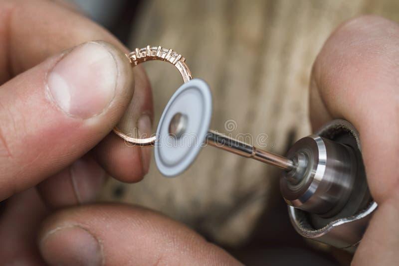 在珠宝工场抛光金戒指 主机从事加工产品 库存照片