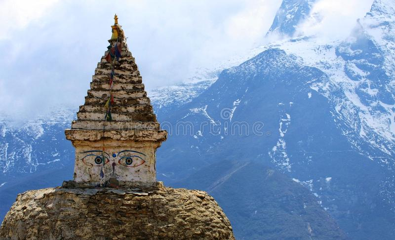 在珠穆琅玛地区的老stupa 库存照片