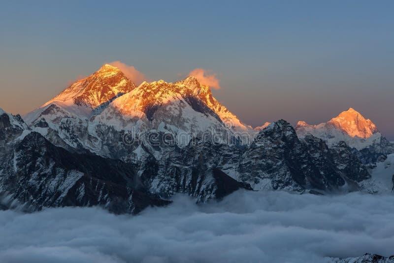 在珠穆琅玛山顶的惊人的日落,看法 免版税图库摄影