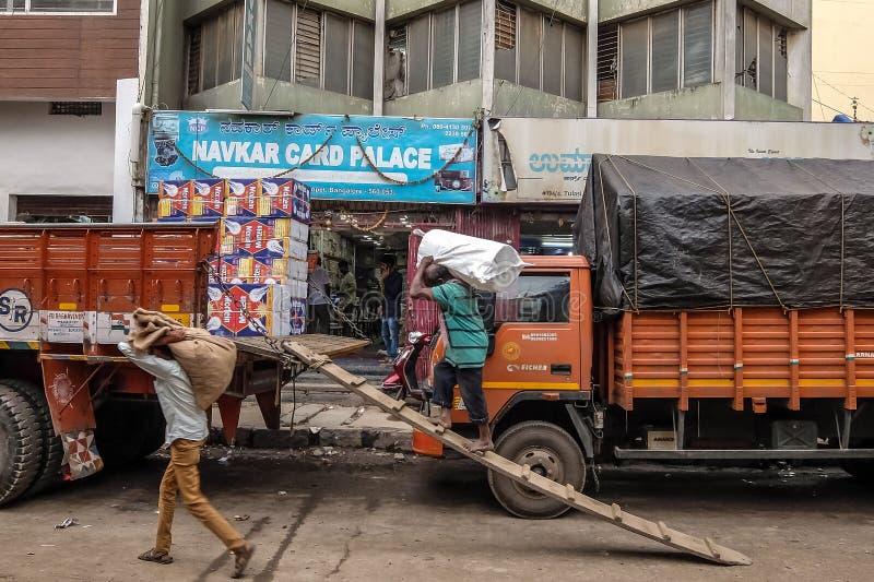 在班格洛,印度街道上的搬运工  库存照片