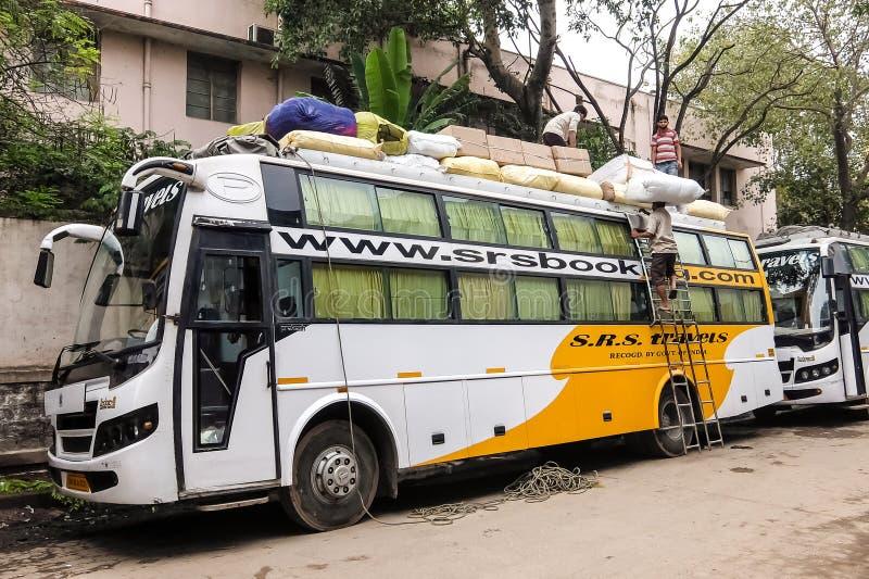 在班格洛,印度街道上的搬运工  图库摄影