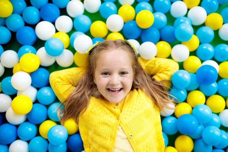 在球坑的孩子戏剧 使用在球水池的孩子 图库摄影