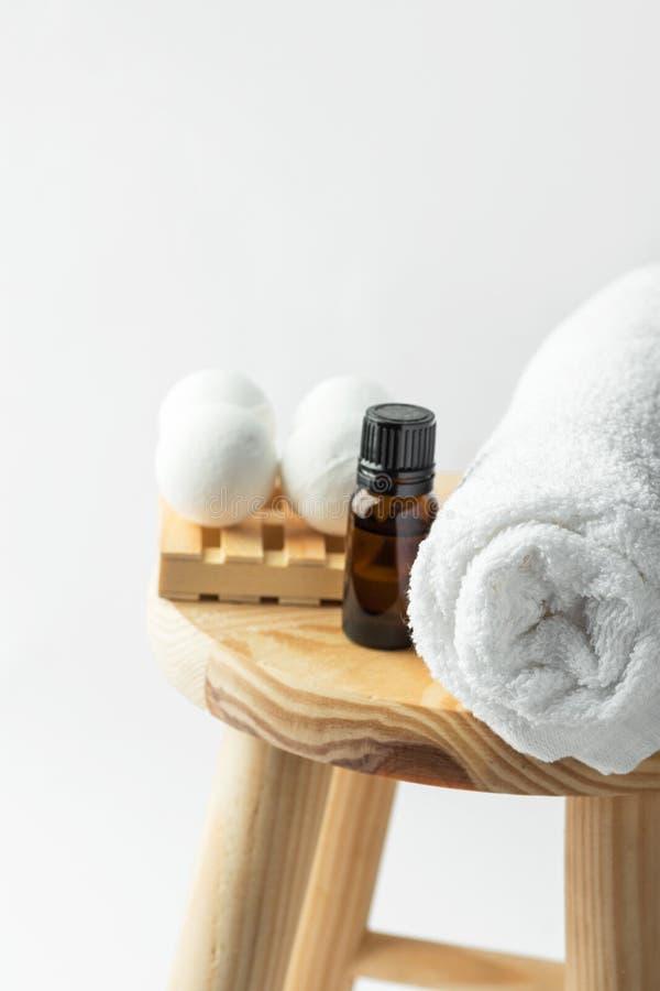 在球的手工制造盐浴炸弹从有机有精油白色毛巾的素食主义者自然成份墨镜瓶塑造 库存照片