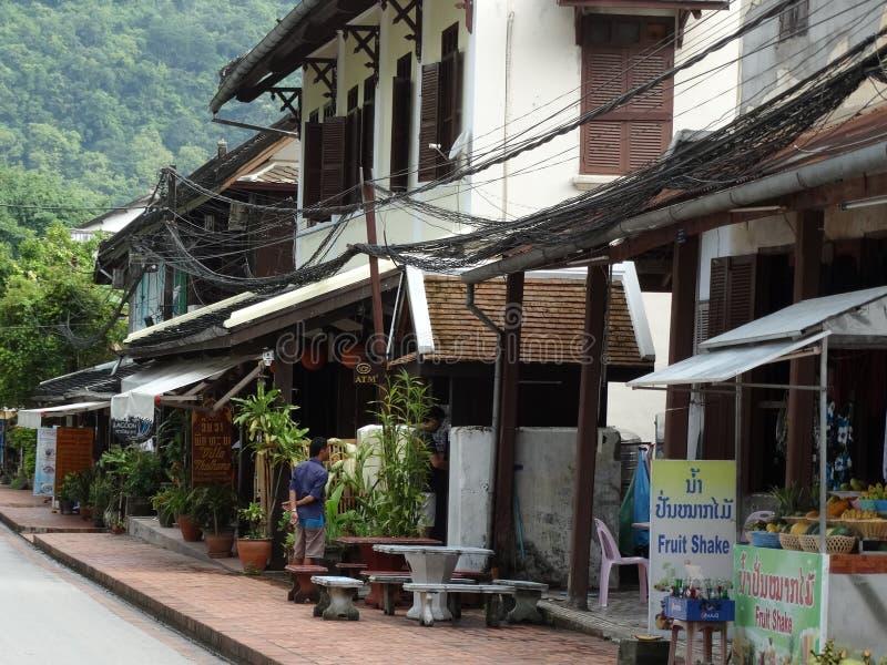 在琅勃拉邦,老挝的街道场面 免版税库存图片