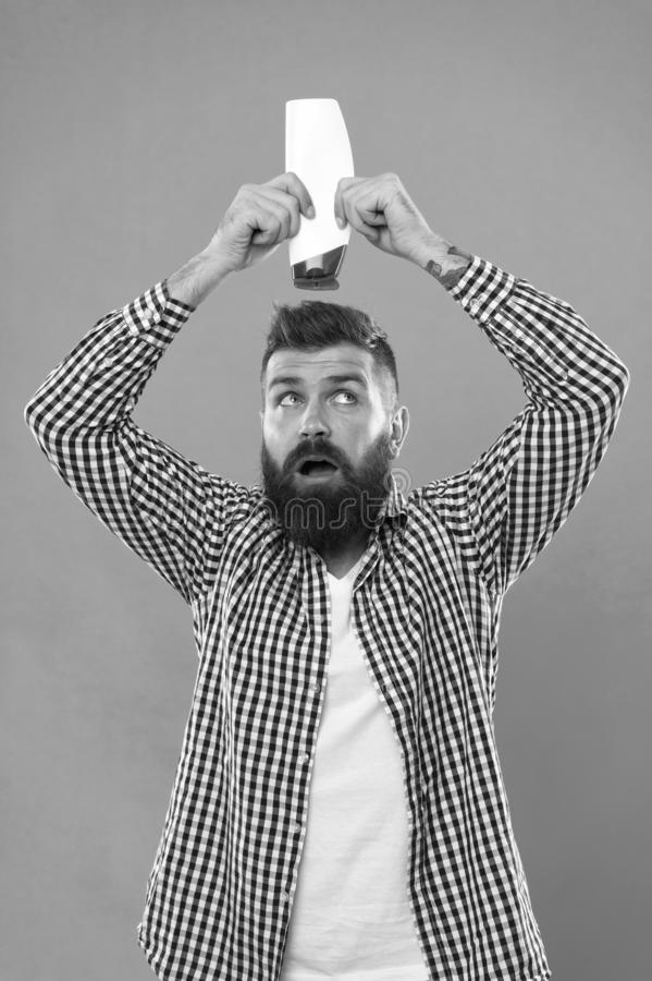 在理发店的了不起的时间 确信和英俊的残酷人 i r 男性理发师关心 免版税库存照片