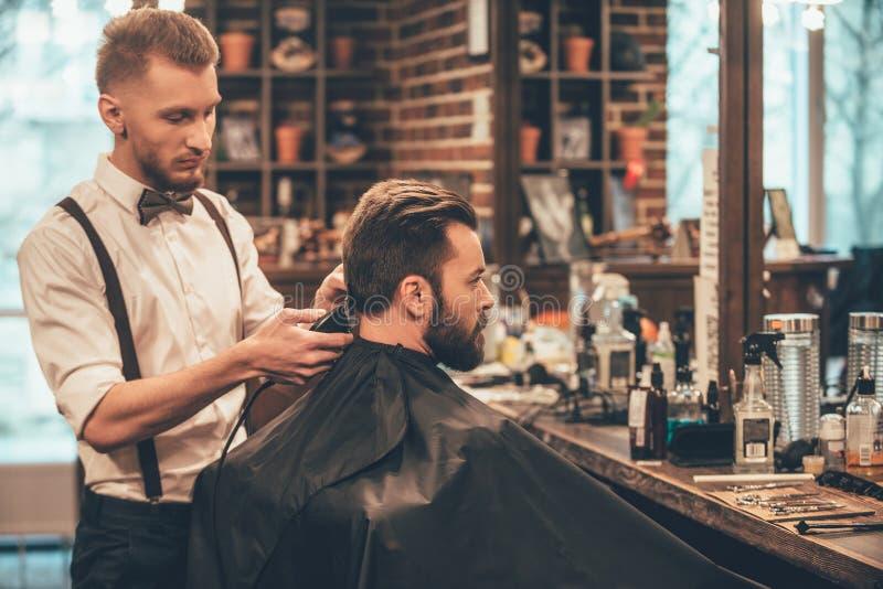 在理发店的完善的修剪 免版税库存照片