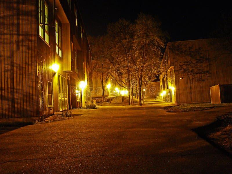 在琥珀灯下的公寓行在晚上 图库摄影