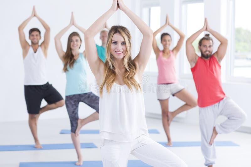 在瑜伽实践期间的青年人 免版税库存照片