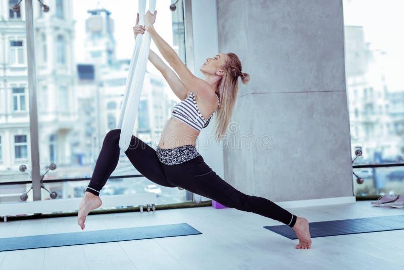 在瑜伽期间的认真确信的妇女大厦力量 库存照片