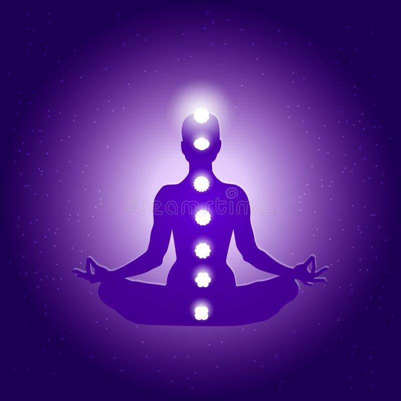 在瑜伽莲花asana的人体和在深蓝紫色满天星斗的背景的七个chakras标志 皇族释放例证