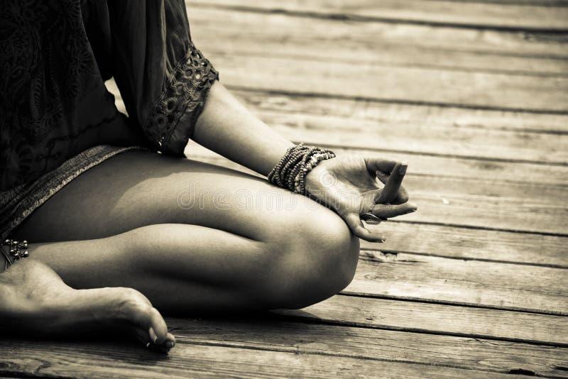 在瑜伽象征性姿态室外mudra的bw的妇女手 免版税库存照片