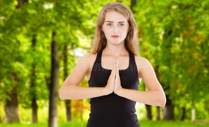 在瑜伽象征性姿态mudra namaste室外公园特写镜头的妇女手 免版税库存照片