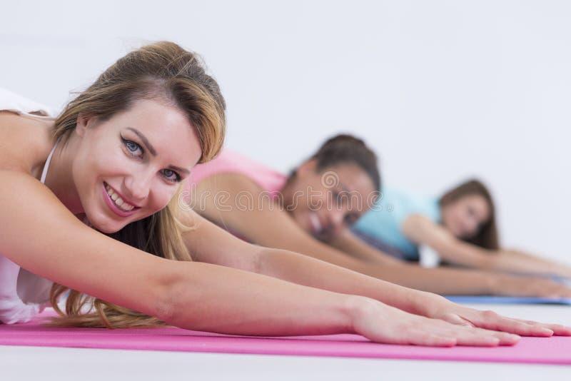 在瑜伽类期间的少妇 免版税库存照片