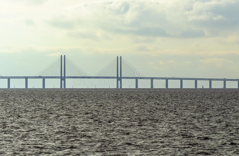 在瑞典和丹麦之间的厄勒海峡桥梁 马尔摩,瑞典3月07,2017 免版税库存图片