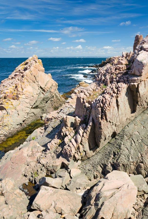 在瑞典海岸的自然岩层 免版税库存照片