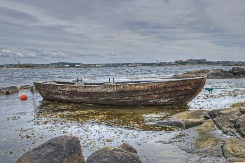 在瑞典西海岸停住的老木小船 在HDR 免版税库存照片