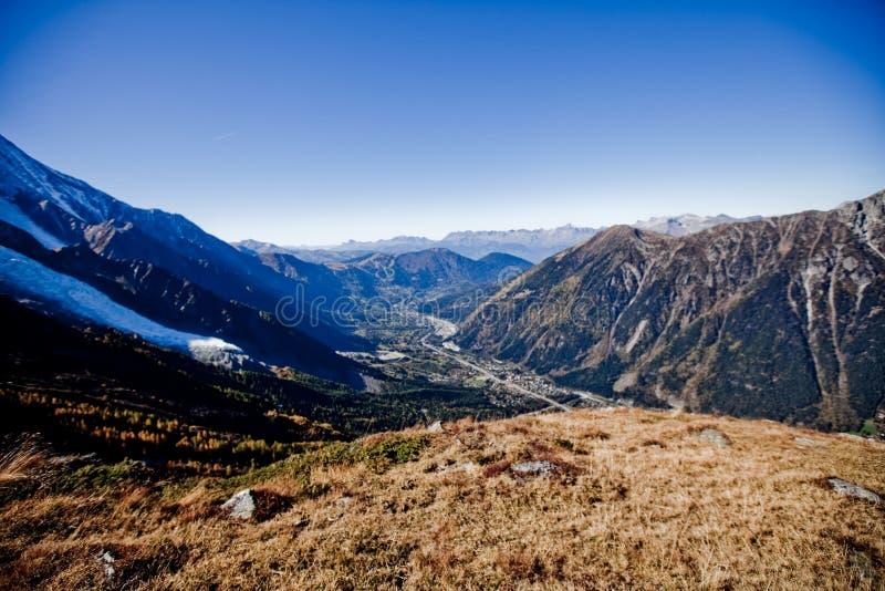 在瑞士人的Snowly山在日内瓦、蓝天、Eurone自然、石头和新鲜空气附近 免版税库存图片