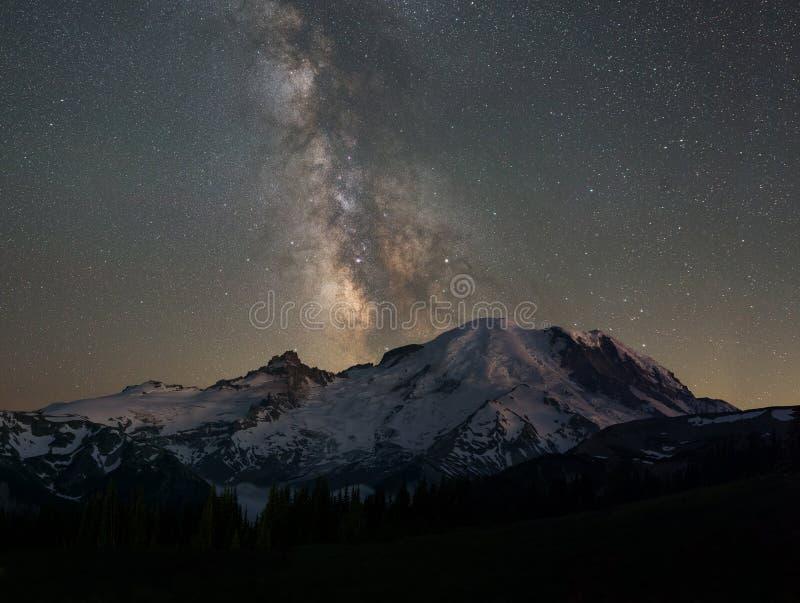 在瑞尼尔山后的银河星系 免版税库存照片