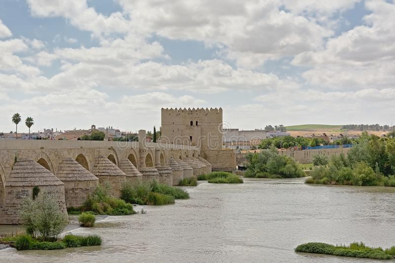 在瓜达尔基维尔河河的罗马桥梁在科多巴 图库摄影