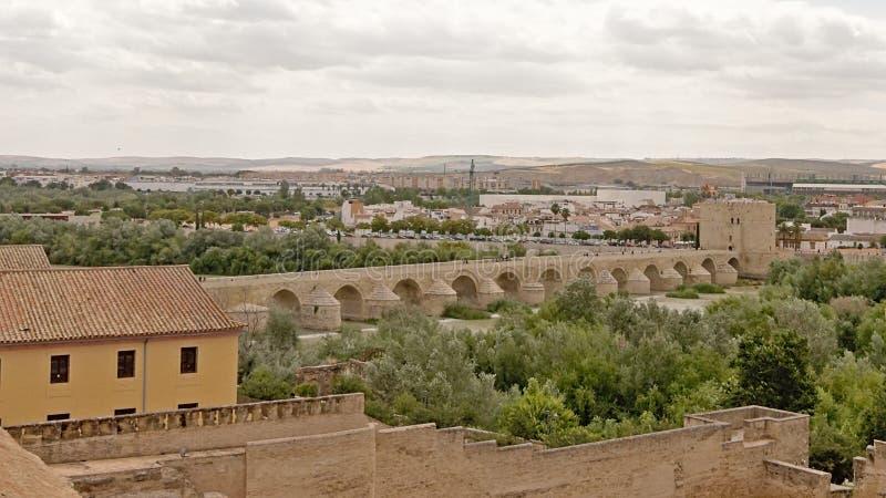 在瓜达尔基维尔河河的罗马桥梁在科多巴 免版税库存照片