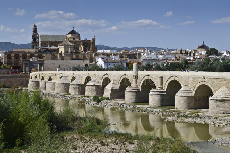 在瓜达尔基维尔河的罗马桥梁劈裂和清真大寺后边,惊叹 图库摄影