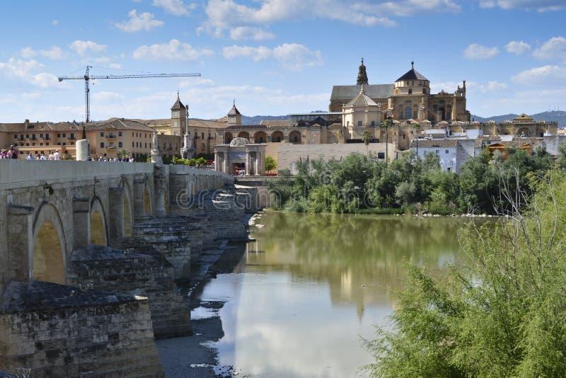 在瓜达尔基维尔河的罗马桥梁劈裂和清真大寺后边,惊叹 库存照片