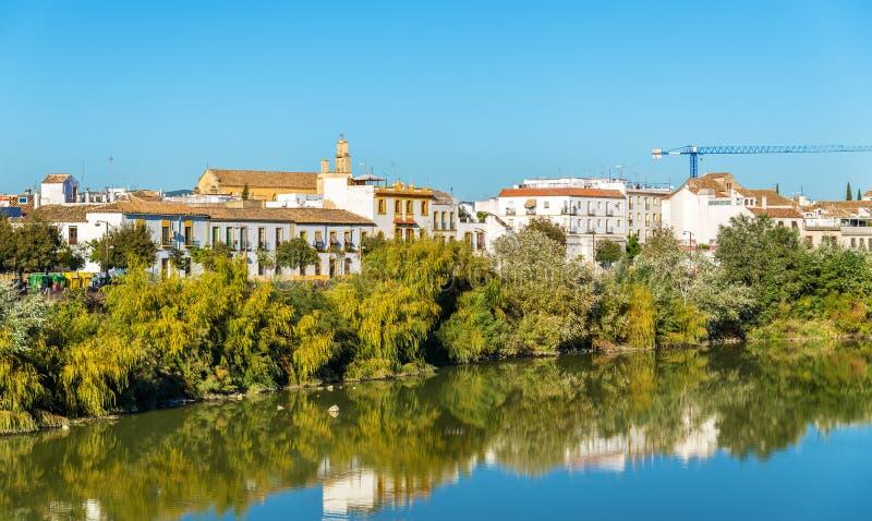 在瓜达尔基维尔河河上的科多巴市在西班牙 免版税库存照片