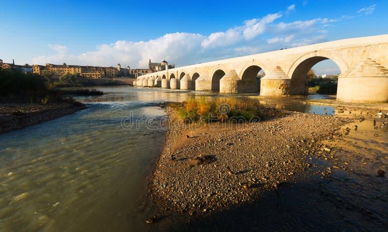 在瓜达尔基维尔河河的古老石桥梁在科多巴 免版税库存图片