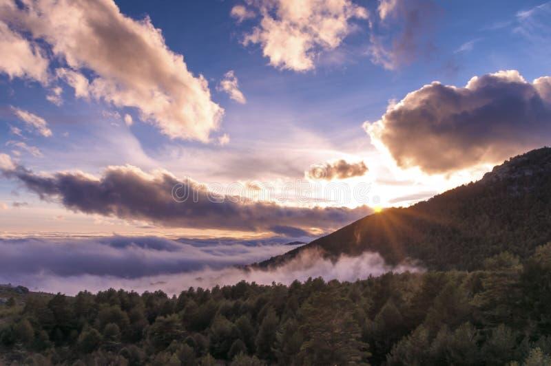 在瓜达拉马发烟性山的美好的日落  免版税库存图片