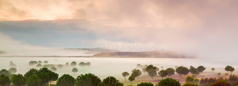 在瓜迪亚纳河,西班牙,安达卢西亚的薄雾 免版税图库摄影