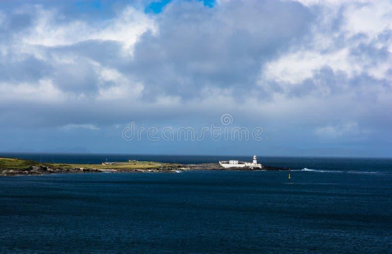 在瓦伦西亚岛的灯塔在爱尔兰 免版税库存照片