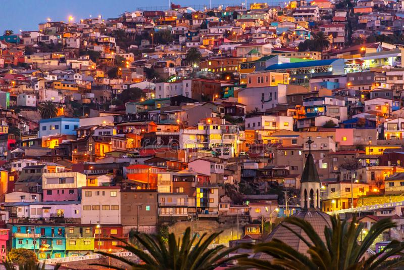 在瓦尔帕莱索智利小山的晚上被照亮的五颜六色的房子  免版税库存图片