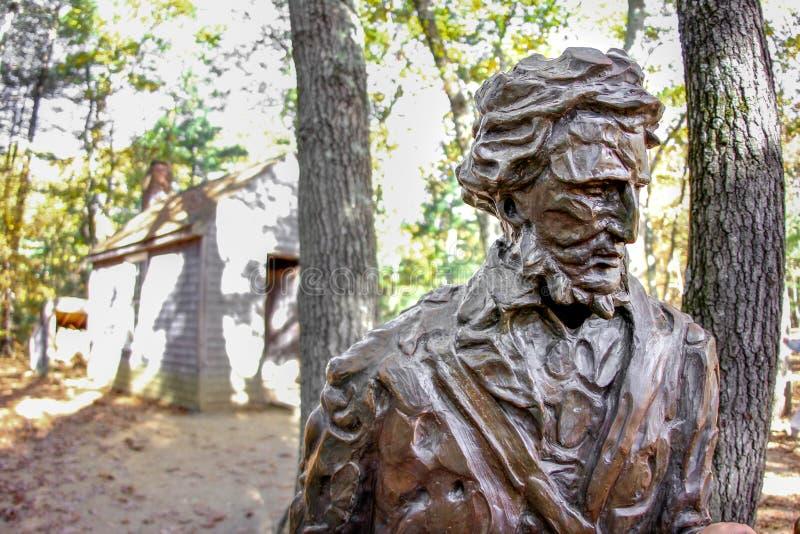 在瓦尔登湖池塘的亨利・戴维・梭罗纪念碑 图库摄影